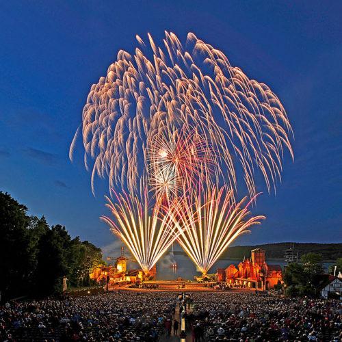 Feuerwerk der Störtebeker Festspiele in Ralswiek auf der Insel Rügen am Jasmunder Bodden