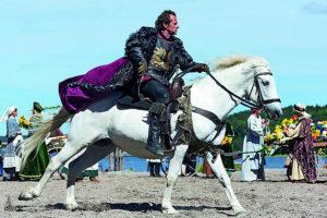 Reiter der Störtebeker Festspiele in Ralswiek auf Rügen – über 150 Mitwirkende und 30 Pferde