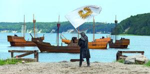 Schiffe der Störtebeker Festspiele im Großen Jasmunder Bodden bei Ralswiek auf Rügen