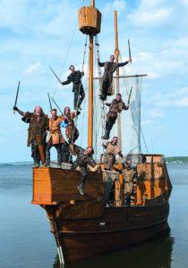 Schauspieler der Störtebeker Festspiele auf Boot im Großen Jasmunder Bodden bei Ralswiek auf Rügen