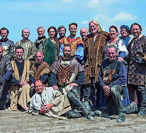 Crew mit Schauspielern der Störtebeker Festspiele in Ralswiek auf Rügen